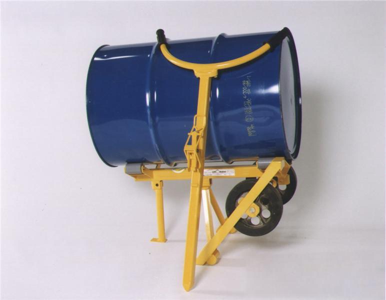 采用槽钢门架,耐磨尼龙脚轮,结构表面防锈烤漆,可以轻度防止化学原料和水分对结构的腐蚀。油桶被夹抱提升后,可以在空中做大于180度的翻转或停留等动作,并可将油桶装卸于汽车、堆垛。手动液压油桶搬运车设计新颖,结构紧凑,轻巧灵活。主要适用于工厂车间,仓库,油库的油桶装卸、搬运、堆垛等。特别适用于化工,食品车间倒料或配料使用。 抱桶方式:油桶抱夹 提升高度: 1500mm 超载保护:150%.