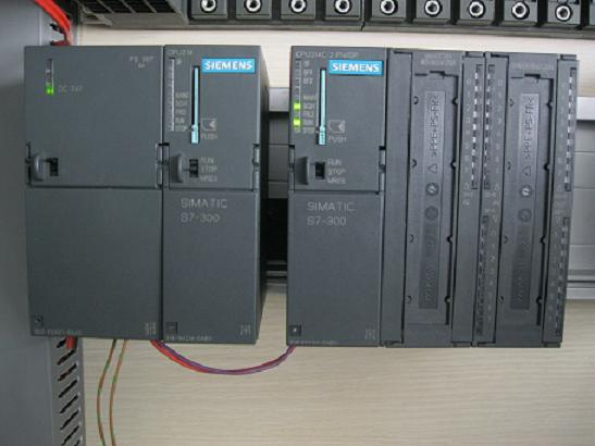 北京亚泰烨通电子科技有限公司专业各品牌PLC维修、解密。常见故障:上电不工作、电源板损坏、主板损坏、通讯故障、SF灯闪、I/O 故障,密码保护无法进入程序等。 服务热线13701098219 控制器修复后公司联机测试,确保修复质量。 西门子PLC维修范围: S7-200系列、S7-300系列、S7-400系列、S5系列 三菱PLC维修范围: FX1S系列、FX1N系列、FX2N系列、FX2NC系列、FX3U系列、FX3G系列、Q系列、A系列 富士PLC维修范围: MICREX-SX SPH系列、MICRE